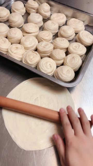 台湾手抓饼,面粉500克,黄油20,开水150,凉水130,盐5克。和成面团醒至20分钟。喜欢的点红心保存。过问180度
