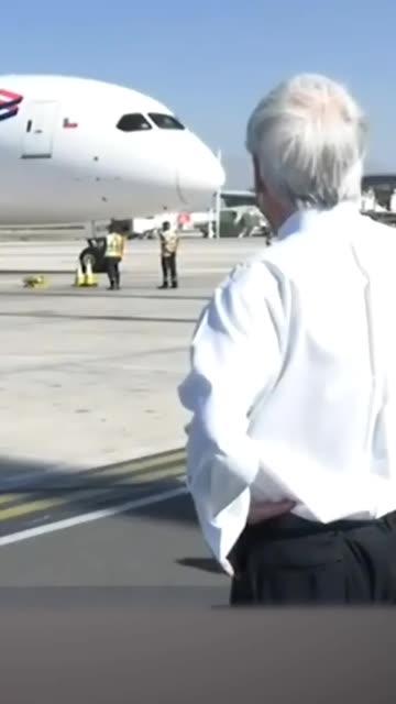 首批中国疫苗运抵智利,智利总统亲赴机场迎接。